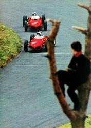 2 Ferraris Baum mit Mann Nuerburg_dreh